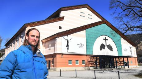 Jesus-Darsteller Frederik Mayet vor dem Festspielhaus: Ans Kreuz darf er nicht.