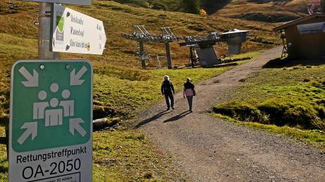 Selbst das Wandern in den Bergen zu zweit kann in diesen Tagen zu Verstößen gegen die Ausgangsbeschränkungen führen, wie ein Beispiel vom Riedberger Horn im Allgäu zeigt.
