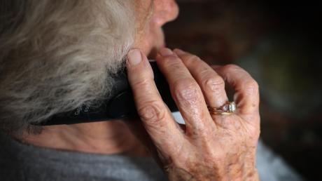 Seit Jahren ist der Enkeltrick bekannt. Betrüger nutzen diese Methode nun auch während der Corona-Krise aus, um an Geld und Wertgegenstände von vornehmlich älteren Menschen zu gelangen.