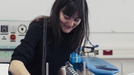 Die diesjährige Münchner Modepreisträgerin Josephine Klock bei der Arbeit.