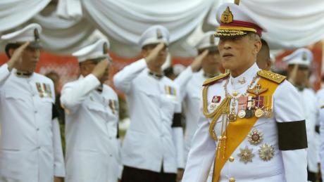 Der thailändische König Maha Vajiralongkorn ist nach seiner Corona-Quarantäne in Bayern für einen Pflichttermin nach Hause geflogen.
