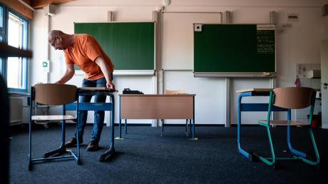 Auseinandersetzen – was früher im Klassenzimmer lediglich eine pädagogische Maßnahme für besonders aufmüpfige Schüler war, ist in Zeiten von Corona zur Pflicht für alle Schüler geworden. In Bayerns Schulen ist das dafür nötige Stühlerücken noch eines der kleinsten Probleme.