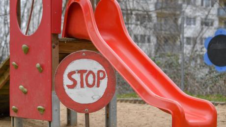 Rutschverbote auf Spielplätzen sind in diesen Tagen nur ein kleines von vielen Ärgernissen für Kinder.