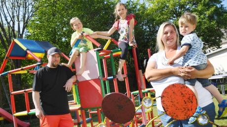 Familie Röltgen in ihrem Garten in Augsburg – Vater Stefan, Mutter Gaby und die Kinder Anna-Lena, Lars und Leopold.