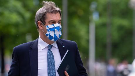 """Weiß-blau von Kopf bis Fuß: Ministerpräsident Markus Söder (CSU) bleibt bei seinem bayerischen Kurs der """"Umsicht und Vorsicht"""" in der Corona-Krise. Lockerungen gibt es zunächst nur in kleinen Schritten."""