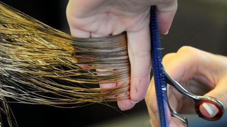 Die Friseure im Freistaat dürfen ab Montag wieder Haare schneiden – allerdings gibt es strenge Auflagen, etwa Handschuhe und Mundschutz.