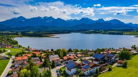 So ruhig ist es um diese Jahreszeit selten am Hopfensee im Ostallgäu. Zu Pfingsten aber dürften die ersten Urlauber wieder kommen.
