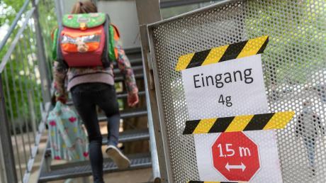 Nach und nach kommen Kinder und Jugendliche in Bayern zurück in ihre Schulhäuser. Mitte Juni sollen alle Klassen wieder da sein.