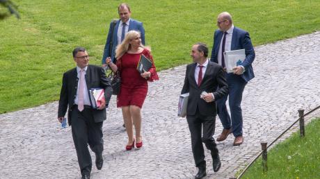 Staatskanzleichef Florian Herrmann (links) ist in der Debatte um die Ladenöffnungszeiten anderer Meinung als Wirtschaftsminister Hubert Aiwanger (vorne rechts).
