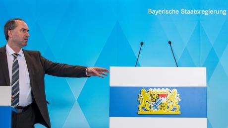Hände weg, das große Rednerpult ist für den Ministerpräsidenten reserviert: Hubert Aiwanger, bayerischer Wirtschaftsminister und Chef der Freien Wähler.