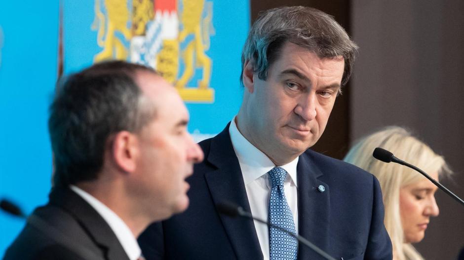 Wirtschaftsminister Hubert Aiwanger (links) und Bayerns Ministerpräsident Markus Söder (rechts) haben weitreichende Corona-Lockerungen bekanntgegeben.