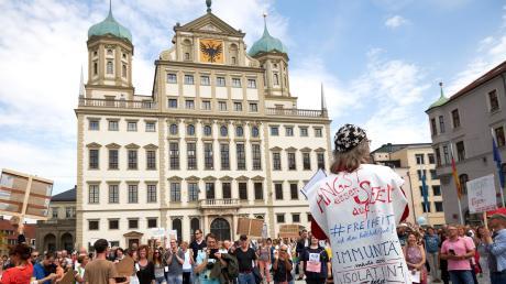 Rund 500 Personen kamen am Samstagnachmittag auf den Rathausplatz um gegen die Corona-Maßnahmen zu demonstrieren.