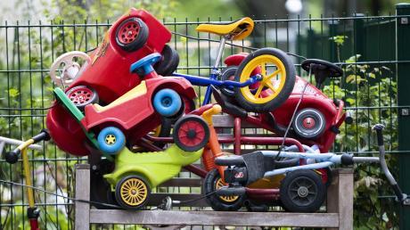 Ein trostloses Bild herrschte wochenlang in vielen Kindertageseinrichtungen: Die Kinder mussten wegen Corona zu Hause bleiben, Räder, Roller und Bobby-Cars wurden zu Dauerparkern.