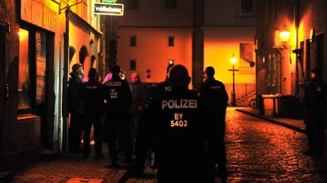 In vielen bayerischen Städten kontrollierten Polizeibeamte am Wochenende, ob die bestehenden coronabedingten Regelungen eingehalten wurden.