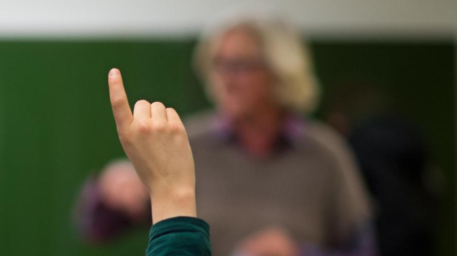 Bisher war es Lehrern, die älter als 60 Jahre sind und damit zur Covid-19-Risikogruppe zählen, freigestellt, ob sie in ihrer Schule oder von zu Hause unterrichten wollen. Nach Pfingsten sollen wieder alle Lehrkräfte an die Schulen zurückkehren.
