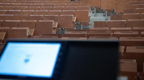 Statt auf Klappstühlen im Hörsaal finden die Vorlesungen in bayerischen Universitäten und Hochschulen derzeit im digitalen Raum statt.