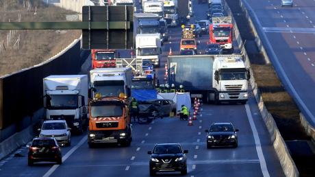Immer wieder kommt es auf der sechsspurig ausgebauten A8 zu schweren Unfällen, wie hier im Dezember bei Edenbergen. Jetzt wird es ein Tempolimit geben – allerdings nur auf dem besonders betroffenen Abschnitt zwischen Neusäß und Friedberg.