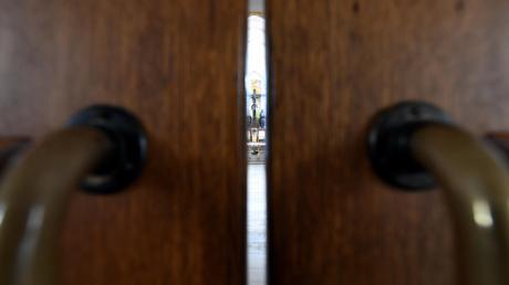 In Bayern schließen immer mehr Menschen endgültig die Tore zu ihren Kirchen. Die Zahl der Austritte stieg im vergangenen Jahr auf einen Höchststand.