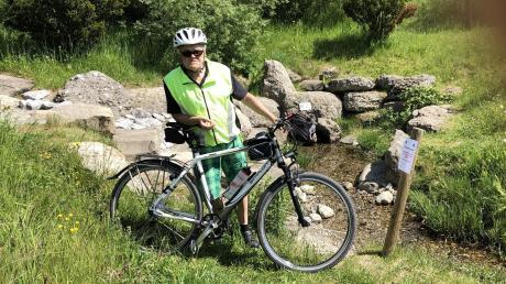 Martin Krick aus Babenhausen (Landkreis Unterallgäu) ist in diesem Jahr schon mehr als 3000 Kilometer quer durch unsere Region geradelt. Hier steht er vor der Quelle der Günz bei Lauben im Unterallgäu.