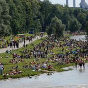 An sonnigen Tagen findet man am Isarufer in München kaum mehr ein freies Plätzchen. Hier tummeln sich seit den Corona-Lockerungen an den Wochenenden wieder tausende Menschen.