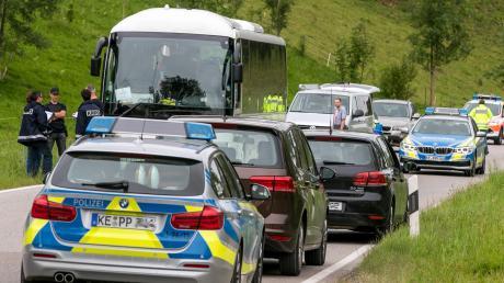In einem besetzten Linienbus in Obergünzburg im Ostallgäu greift ein 37-Jähriger am Montag eine Frau mit einem Messer an. Er verletzt die 27-Jährige so schwer, dass sie am Abend stirbt.