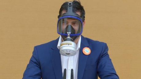 Stefan Löw von der AfD trat mit Gasmaske in der Debatte um das Grab eines Kriegsverbrecher ans Rednerpult.