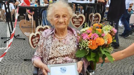 Die 103-jährige Gertrud Sperlich sprach den Schaustellern in München Mut zu. Sie wurde vor Ort zum BLV-Ehrenmitglied ernannt.
