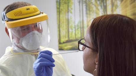 Dr. Sören Dülsner macht bei Redakteurin Stephanie Sartor einen Corona-Test. Dafür sind zwei Abstriche nötig: im Mund und in der Nase.