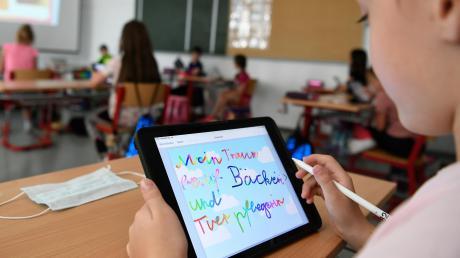 Oft gibt es kein Wlan im Schulgebäude, manche Kinder haben zu Hause keinen Zugang zu einem Tablet oder Laptop.