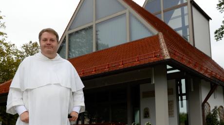 Pater Wolfram Hoyer vor der Autobahnkapelle Adelsried. Er starb Ende Juli bei einem tragischen Unfall auf der A8 bei Sulzemoos.