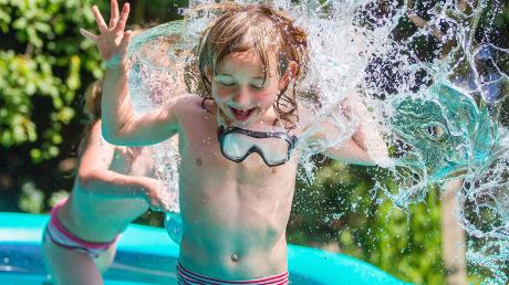 Kinder liebes es, im Sommer im Wasser zu planschen. Die DLRG warnt dafür, die Kleinen dabei nicht aus den Augen zu lassen.