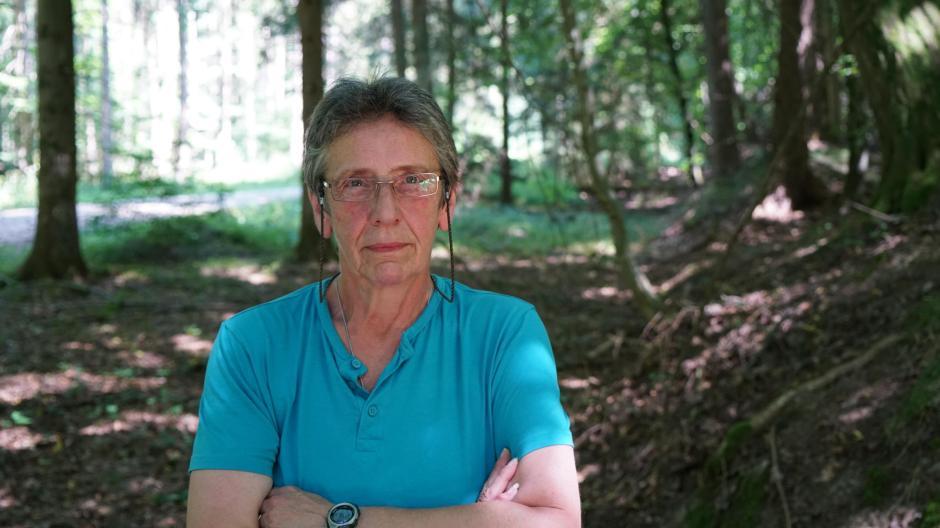 Rose Kuest macht sich auf die Spur ihrer Mutter: Die polnische Jüdin war vor 75 Jahren im geheimen Waldwerk Kuno, das direkt an der Autobahn zwischen Burgau und Zusmarshausen liegt. In der Rüstungsfabrik der Nazis wurde die Wunderwaffe Me262 montiert.