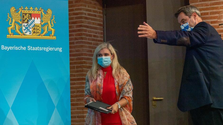 Gesundheitsministerin Melanie Huml und Ministerpräsident Markus Söder am Donnerstag auf dem Weg zur Pressekonferenz.