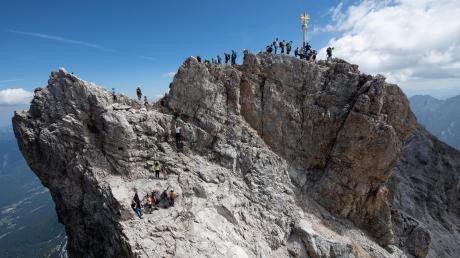 Alle wollen nach oben: ein ganz normaler Sommertag auf Deutschlands höchstem Gipfel.