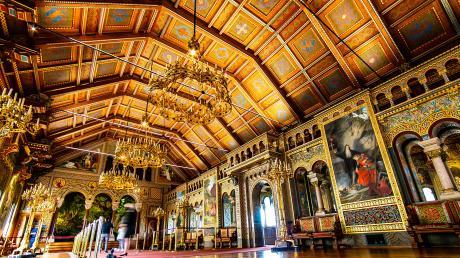 Der Sängersaal auf Schloss Neuschwanstein erscheint wieder in seiner vollen Pracht: 20 Monate lang waren Restauratoren damit beschäftigt, die Spuren der Zeit und der Millionen Besucher zu beseitigen.