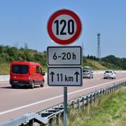 Nicht jeder hält sich an das Tempolimit auf der A8 rund um Augsburg, das seit vergangenem Sommer gilt.