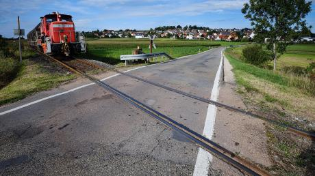 Dieser Bahnübergang im Westen der Gemeinde Hainsfarth (Landkreis Donau-Ries) soll geschlossen werden. Das sorgt für Ärger.