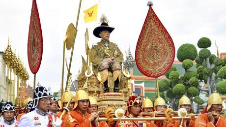 Der thailändische König Rama X., hier während seiner Krönungszeremonie 2019, steht nicht nur in seinem Heimatland in der Kritik, sondern auch in Bayern.