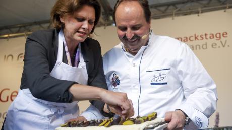 Als einstige Bundeslandwirtschaftsministerin hat Ilse Aigner (CSU) schon Koch-Erfahrung gesammelt - hier mit Star-Koch Johann Lafer.