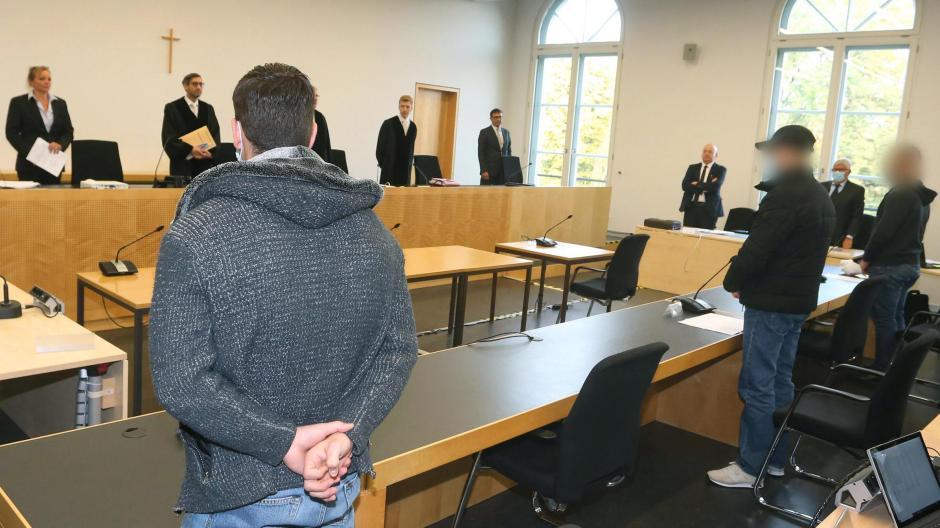 Die Aufarbeitung der tödlichen Gewalttat vom Augsburger Königsplatz hat am Dienstag begonnen. Drei junge Männer sind angeklagt.