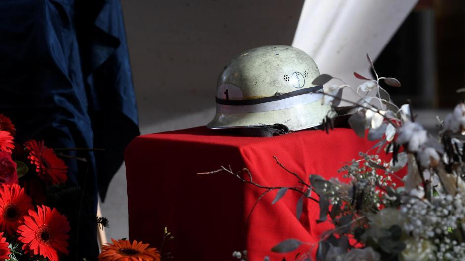 Bei der Trauerfeier für den getöteten Feuerwehrmann Roland S. wurde sein Helm zur Erinnerung in Neusäß aufgestellt.