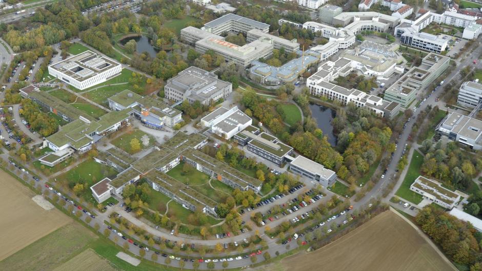 Wie ein Gürtel legt sich die Straße um das Gelände der Universität Augsburg im Süden der Stadt. Über die vergangenen 50 Jahre ist es ständig gewachsen.