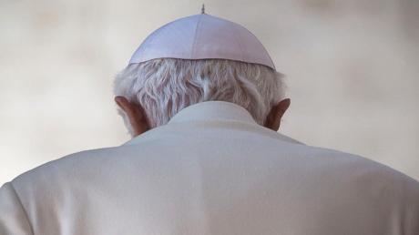 Ein historisches Bild: Der damalige Papst Benedikt XVI. – mit bürgerlichem Namen Joseph Ratzinger – nach seiner letzten Generalaudienz im Jahr 2013. Der frühere Erzbischof von München und Freising lebt nach seinem Amtsverzicht weitgehend zurückgezogen in einem Kloster in den vatikanischen Gärten.