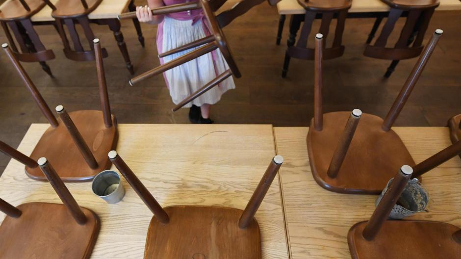 Ab Montag heißt es in allen Lokalen in Deutschland: Stühle rauf, kein Zutritt mehr für Gäste. Der Bund hat beschlossen, dass die Gastronomie vier Wochen schließen muss.