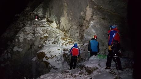Die Bergwacht Füssen rückte nachts aus, um zwei junge Männer aus ihrer Notlage am Zwölf-Apostel-Grat zu retten.