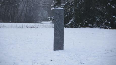 Diese etwa zwei Meter hohe Skulptur steht auf einem Feld bei Hohenschwangau. Was es mit dem Monolithen auf sich hat, ist völlig unklar.