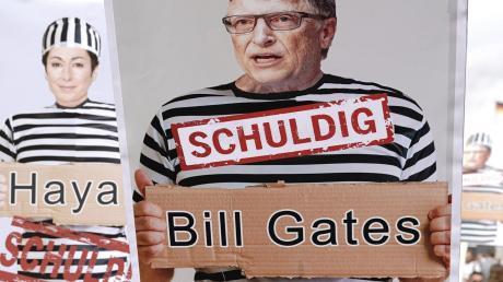 Demonstranten in Berlin: Sie glauben, dass es eine gigantische Weltverschwörung gibt, angezettelt von den Eliten – wie etwa Bill Gates.