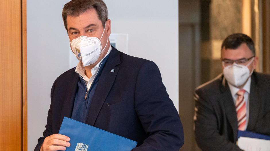 Ein Treffen mit Staatskanzleichef Florian Herrmann (im Hintergrund) am Montag wurde Ministerpräsident Markus Söder zum Verhängnis. Weil bei Herrmann das Coronavirus nachgewiesen wurde, muss Söder über Weihnachten in Quarantäne.