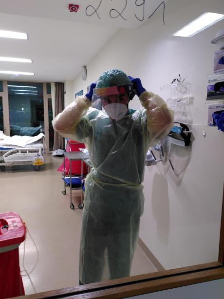 Andreas Krahl bereitet sich auf seine Schicht in der Garmischer Intensivstation vor.