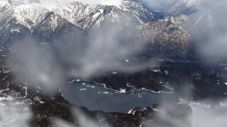 Ein winterlicher Blick von der Zugspitze auf den Eibsee und das Ammergebirge.
